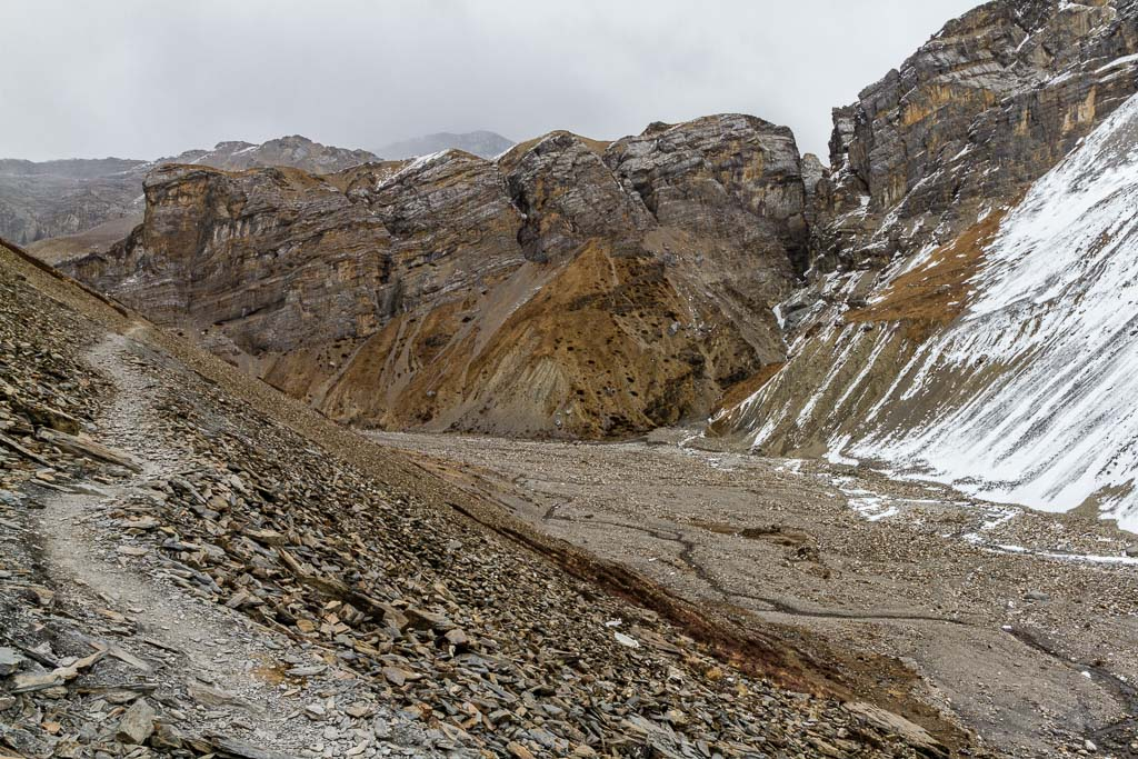 The trail to Thorung Phedi